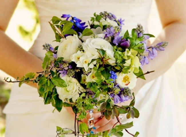 Wildflower wedding brides bouquet. Natural wedding flowers in Birmingham, West Midlands, Worcestershire and Warwickshire